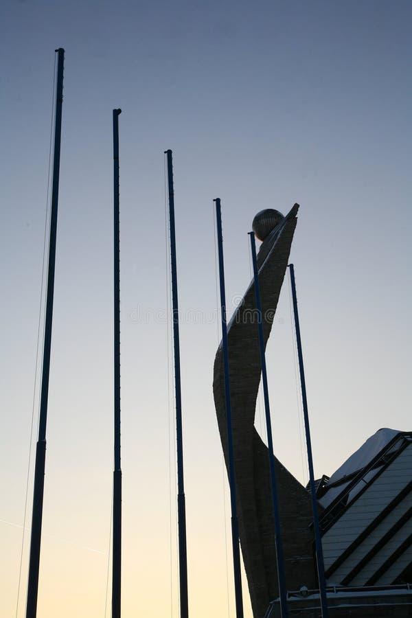 Пустые флагштоки как копья и смычок Викинга - часть современной архитектурноакустической окружающей среды порта и выставочной пло стоковая фотография rf