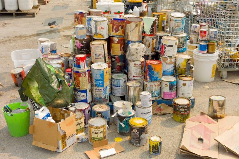 Пустые чонсервные банкы краски на сбросе yellowknife стоковая фотография