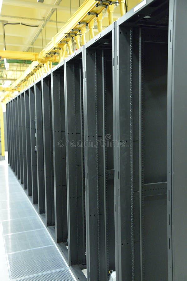 Пустые шкафы центра данных стоковые фото