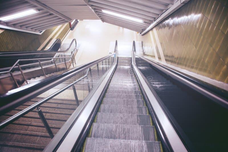 Пустые эскалатор и лестница в пешеходном железнодорожном вокзале метро стоковая фотография rf