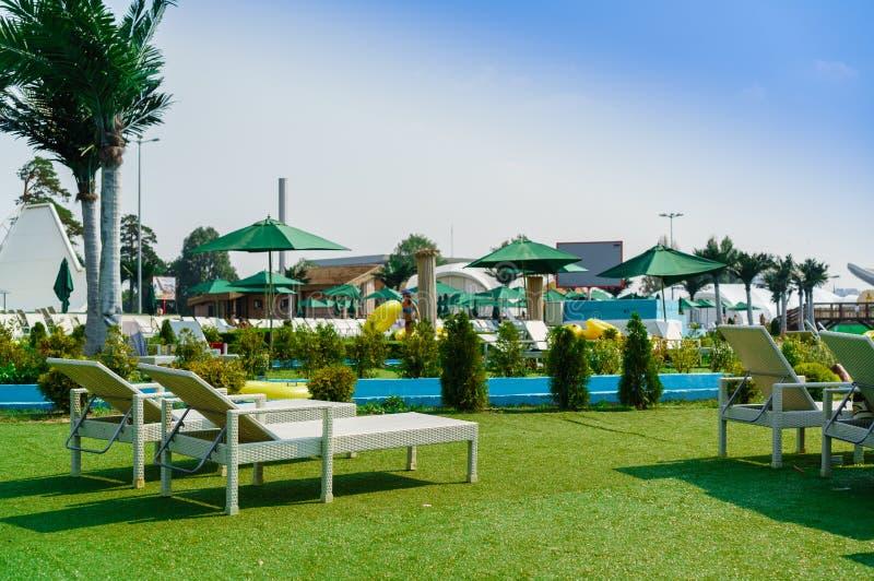 Пустые sunbeds на aquapark стоковые изображения rf