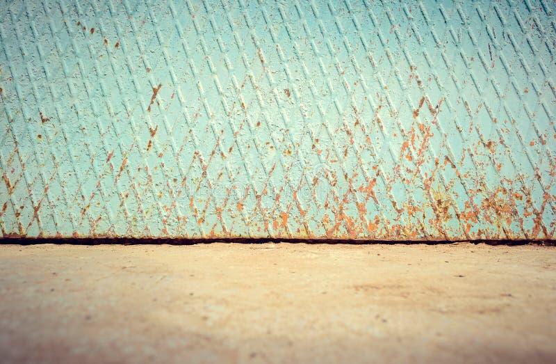 Пустым стена улицы выдержанная металлом с первым этажом стоковые изображения rf