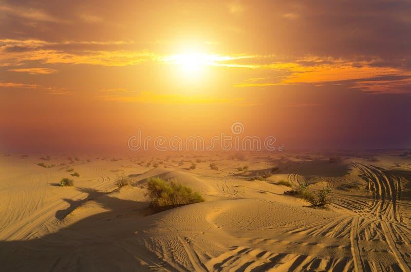 Пустыни управляя на открытом воздухе, offroad ландшафтом песчанных дюн автомобиля на восходе солнца стоковое изображение