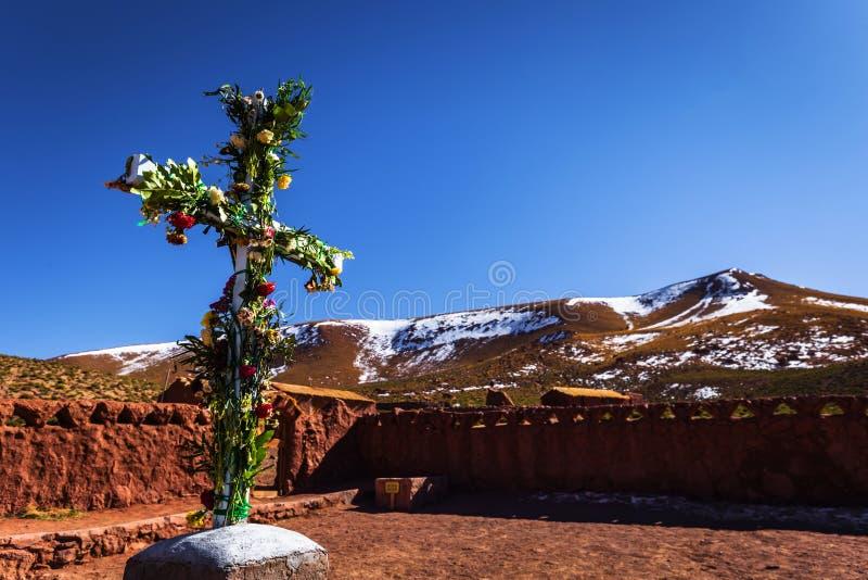 Пустыня Атакама, Чили - христианский крест в деревне Мачука в пустыне ÐÑ стоковые изображения rf