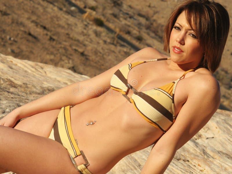 пустыня бикини модная стоковая фотография rf