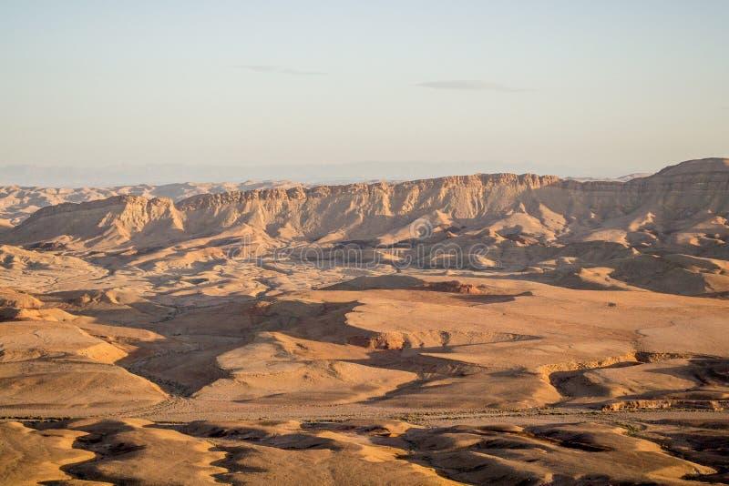 Пустыня в теплом заходе солнца стоковые фотографии rf