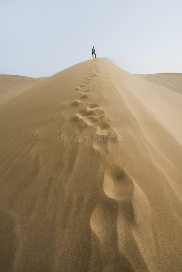 Пустыня Гоби, Китай - 08 07 2016: Поход в пустыне Гоби Песчанные дюны со следом ноги в пустыне Гоби в Китае стоковые фото