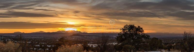 Пустыня и небо приходя совместно к штилю портрета, и изоляция сочетания из и от современного отчаяния стоковое изображение rf