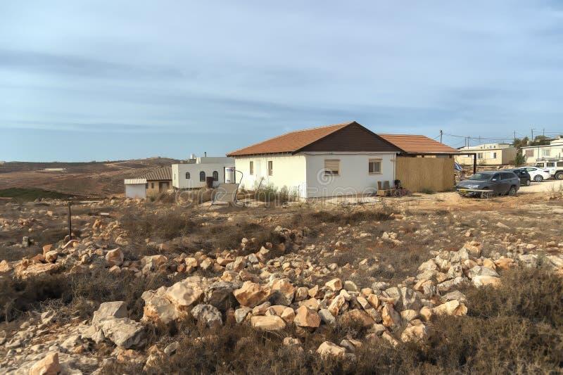 Пустыня 24-ое октября 2015 Израиля Иудеи Еврейские поселенцы незаконно раскрывают новое существование в пустыне пустыни judea, он стоковое фото