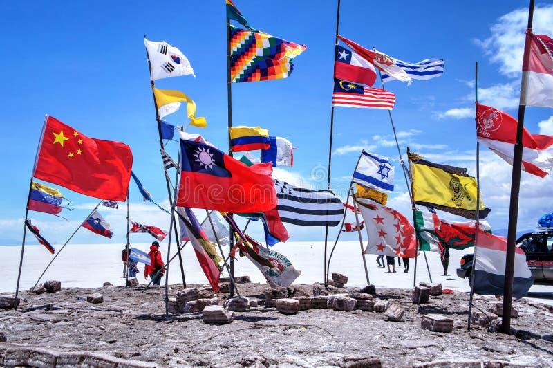 Пустыня соли Салара de Uyuni Боливии - национальные флаги стоковая фотография rf