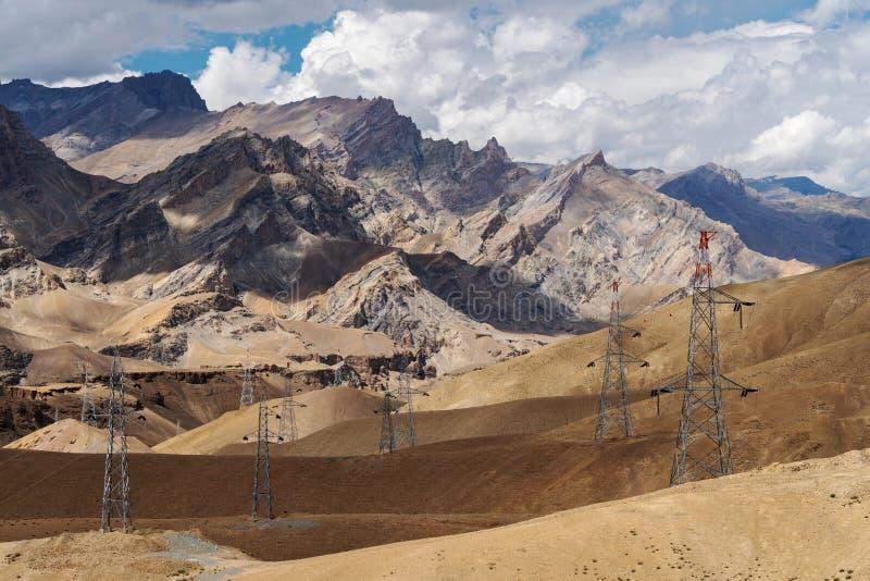 Пустыня с каменным ландшафтом гор с башнями электричества и радиосвязи в сельской местности Индии стоковое фото rf
