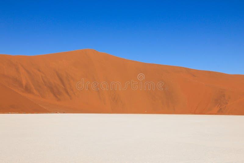 Пустыня с дюнами, лоток Tricolored графическая соли, небо Sossusvlei, Намибия стоковые фотографии rf