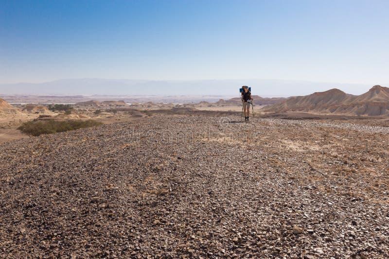 Пустыня backpacker женщины идя стоковая фотография rf
