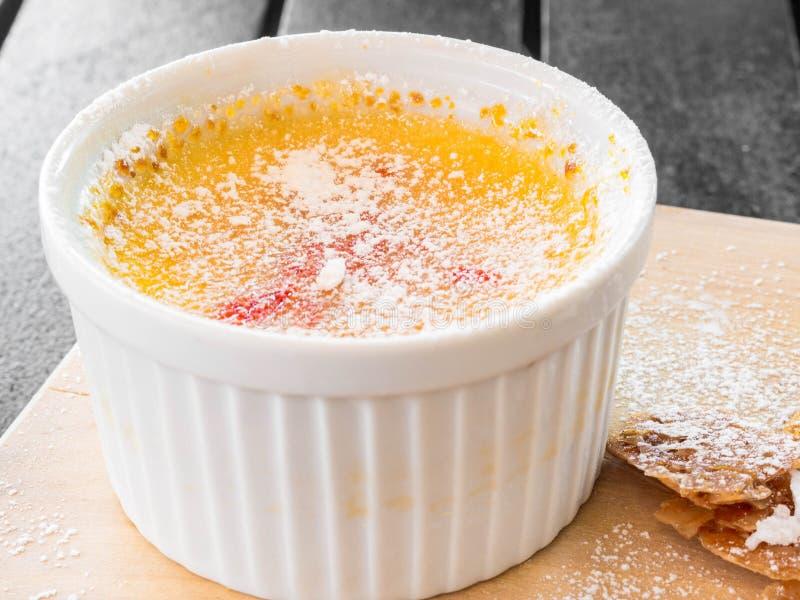 Пустыня brulle Creme в белом шаре стоковые фотографии rf