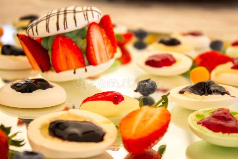 Пустыня Macaron ягоды стоковые фотографии rf