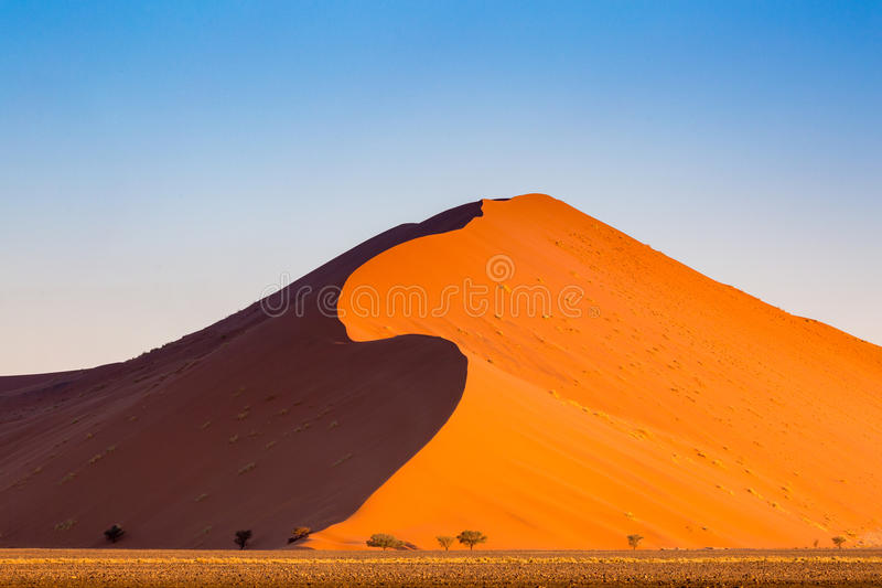 Пустыня Namib, Sossusvlei на заходе солнца стоковая фотография