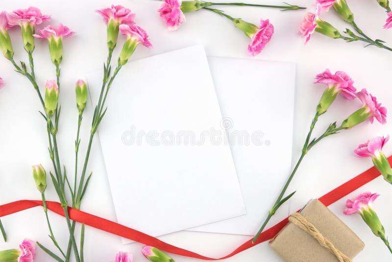 2 пустых белых карточки, коричневой подарочная коробка и красная лента стоковые фотографии rf