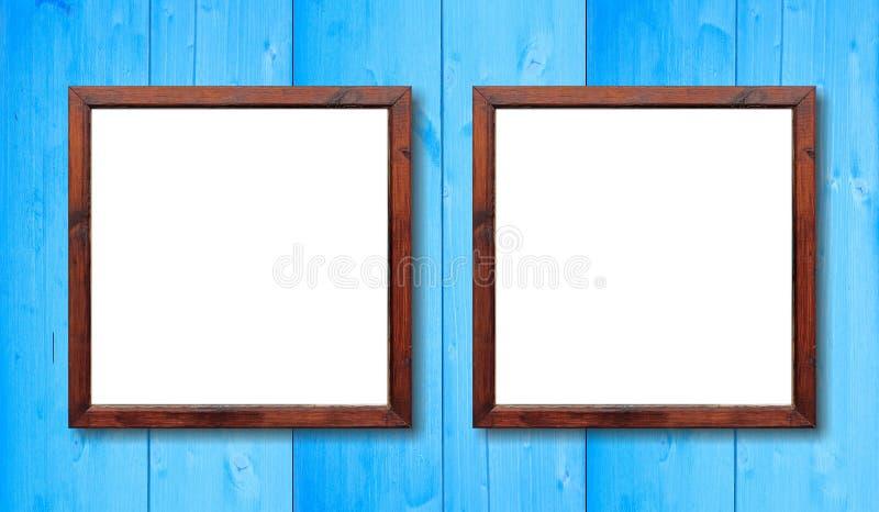 2 пустых деревянных рамки на стене Белизна внутренняя и светлая - голубая предпосылка, космос для текста стоковое изображение