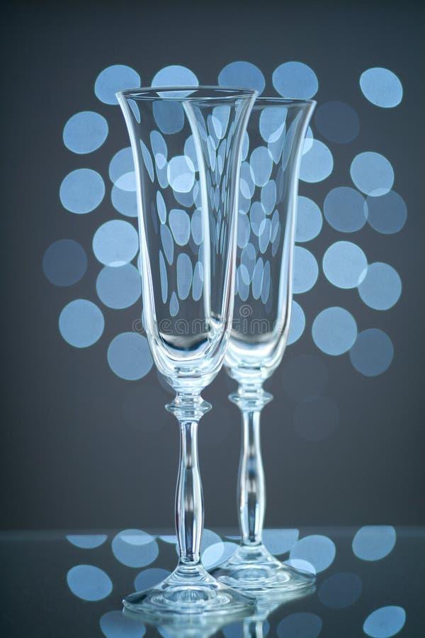 2 пустых стекла шампанского на голубой предпосылке стоковая фотография rf
