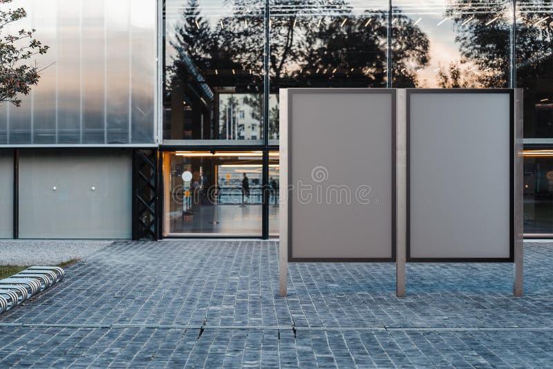 2 пустых стойки знамени на парке Пустая реклама афиши перевод 3d стоковое фото