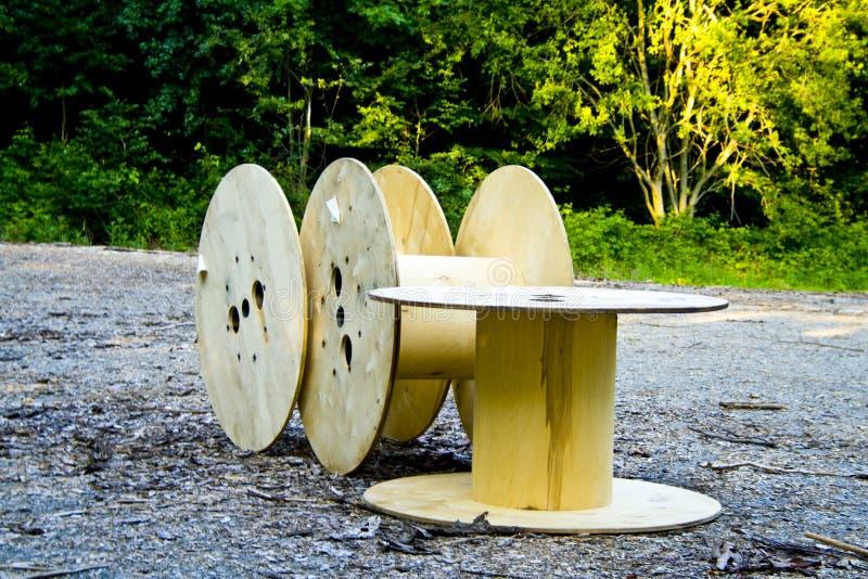 3 пустых тросового ролика сброшенного в лесе Баварии Deutschland стоковые изображения rf