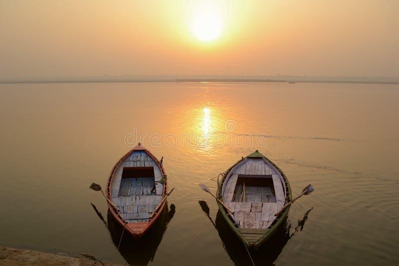 2 пустых шлюпки на Ганге стоковые фотографии rf