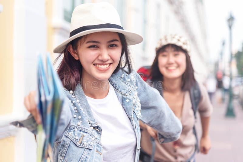 Путешественника 2 женщин друга бег молодого красивого счастливый на открытом воздухе исследует видеть видимости Друзья имея время стоковое изображение rf