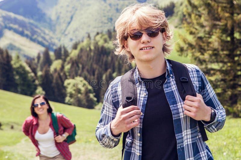 2 путешественника hiker горы стоковое фото