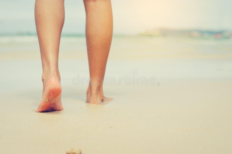 Путешественники босоноги на песке Для ног для того чтобы чувствовать sof стоковое фото rf