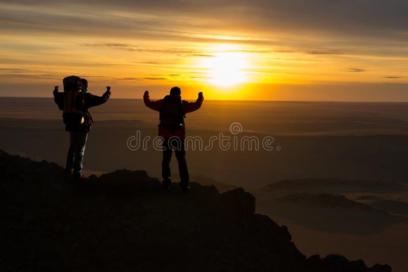 Путешественники вверху гора стоковая фотография
