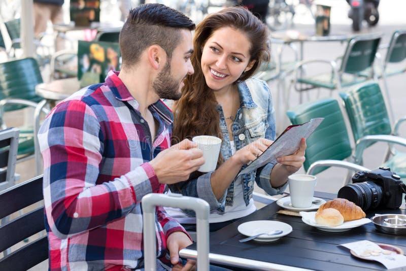 Путешественники выпивая кофе в кафе стоковые фотографии rf