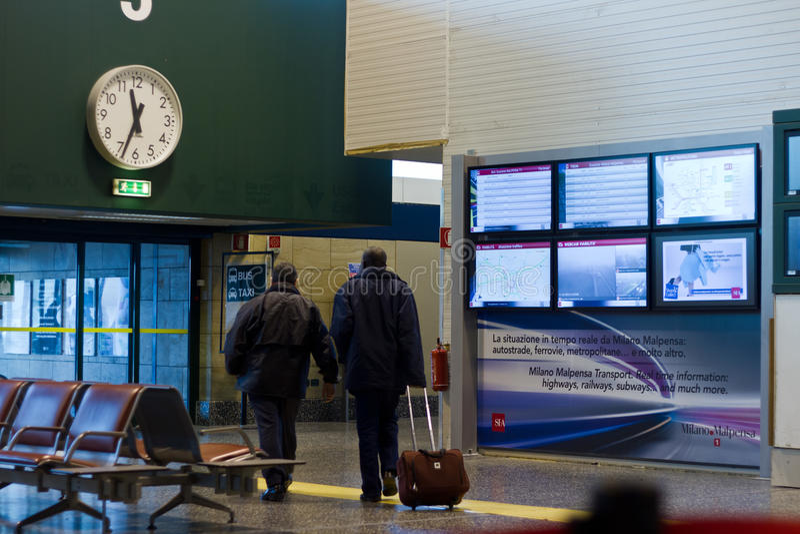 Путешественники в авиапорте стоковые изображения rf