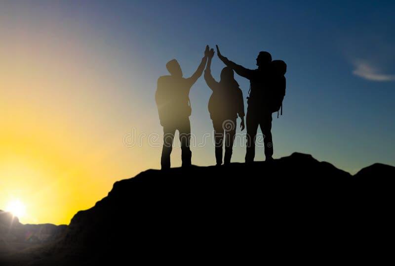 Путешественники делая высоко 5 над восходом солнца бесплатная иллюстрация