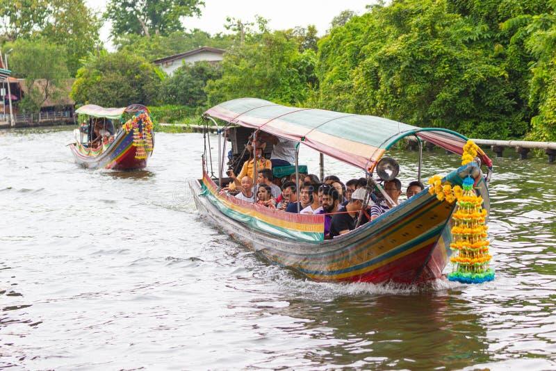 Путешественники людей сервисной поддержки шлюпки срочные и перемещение воды для quickness как альтернатива стоковая фотография