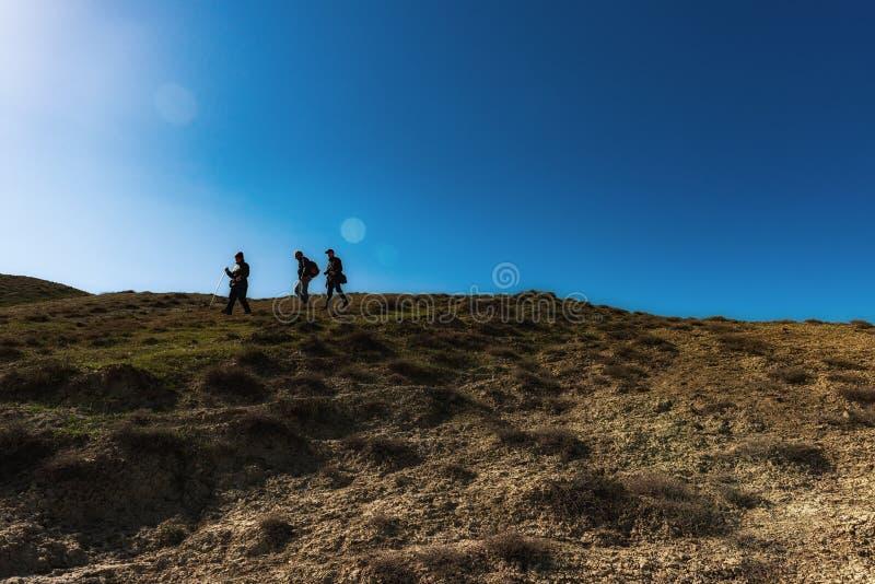 Путешественники на наклоне горы стоковая фотография