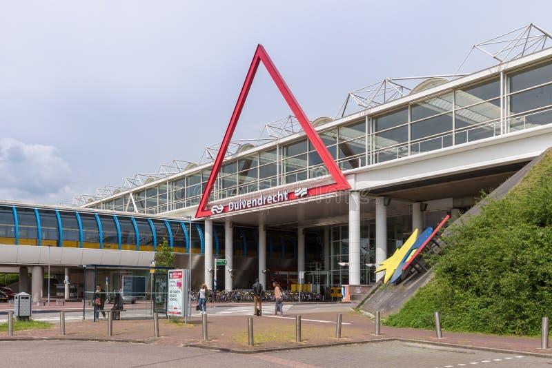 Путешественники около голландского железнодорожного вокзала стоковое фото rf