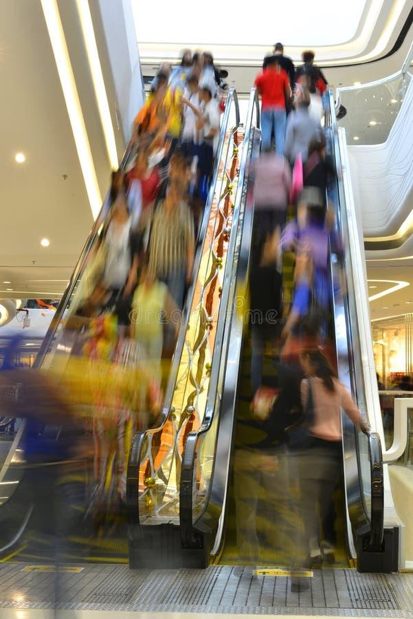 Путешественники переходного люка коридора лифтового канала эскалатора спешенные подъемом стоковое изображение rf
