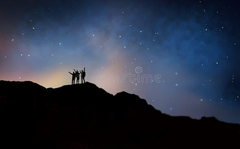 Путешественники празднуя успех над ночным небом стоковое изображение