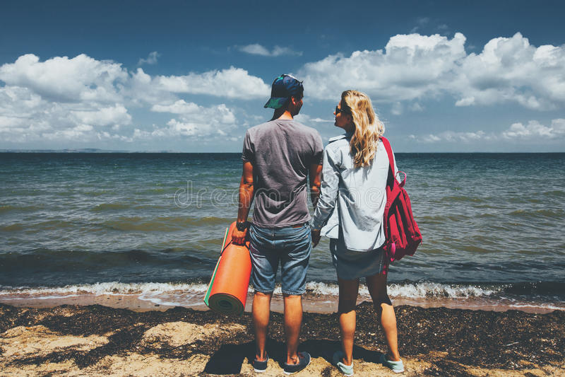 Путешественники человек и женщина пар стоя на перемещении приключения Seashore ослабляют концепцию стоковая фотография rf