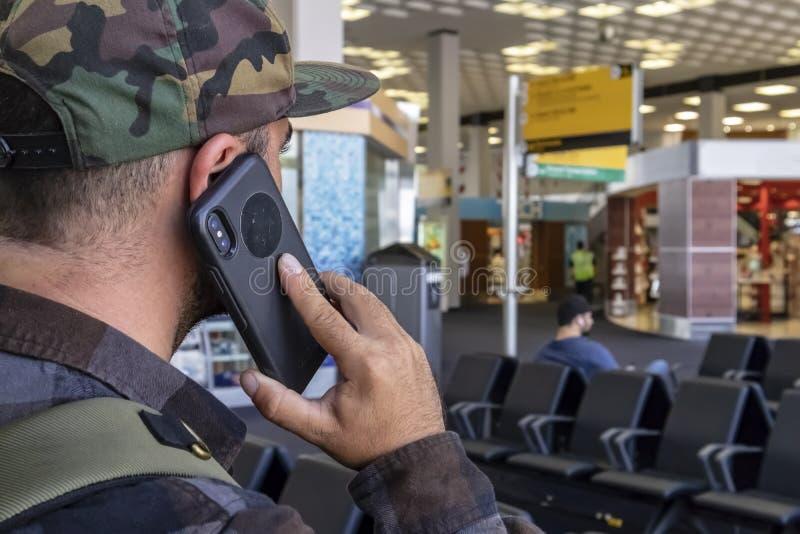Путешественник аэропорта вызывает правоохранительные органы после видеть Ac террориста стоковые изображения rf