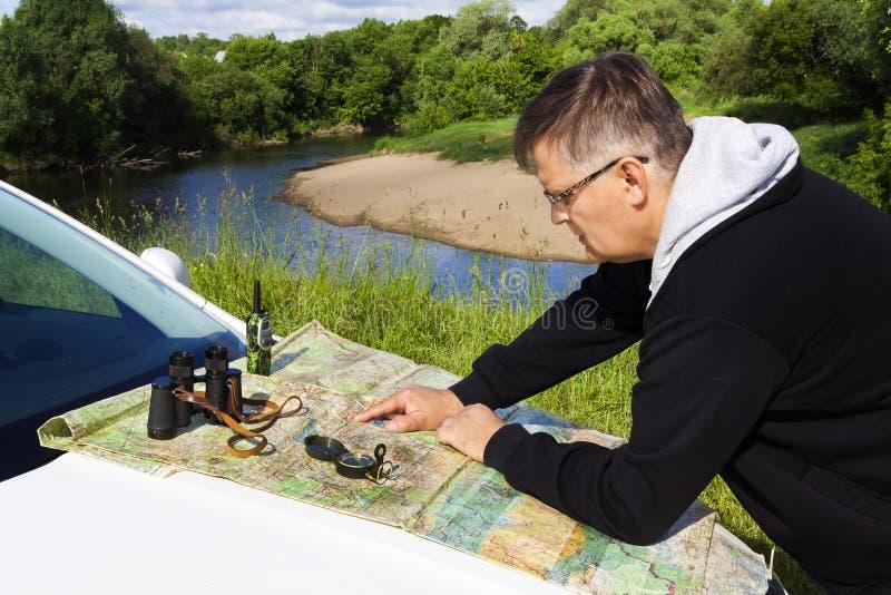 Путешественник видит карту стоковое фото rf