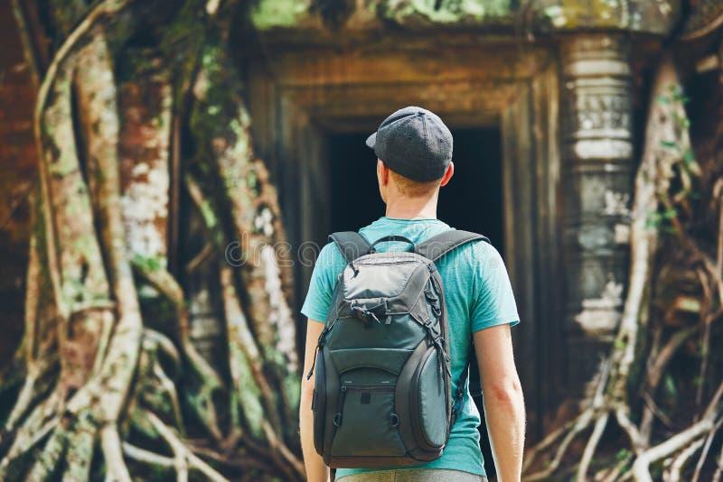 Путешественник в древнем храме стоковая фотография
