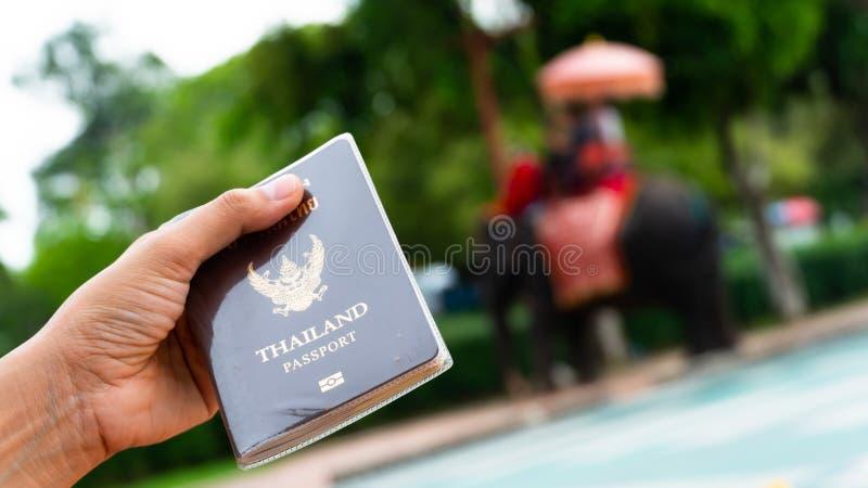 Путешественник держа паспорт Таиланда в Ayutthaya Таиланде стоковое фото rf
