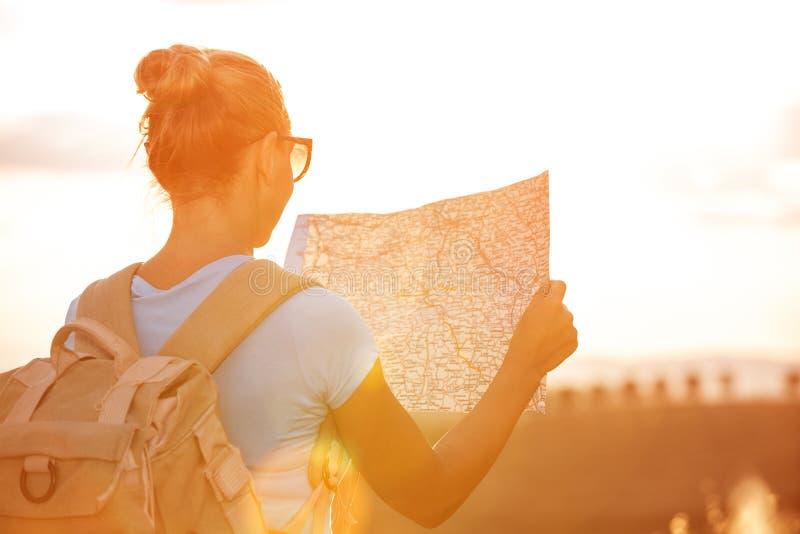 путешественник девушки счастливый стоковая фотография
