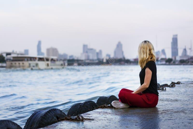 Путешественник женщины кавказский исследует концепцию дока реки стоковое изображение rf