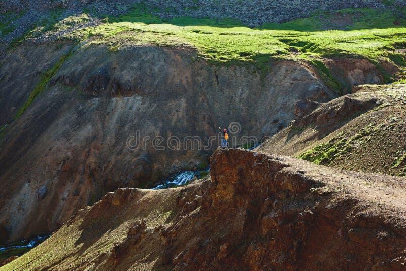 Путешественник женщины на прогулке в долине реки Hveragerdi Исландии стоковое изображение rf
