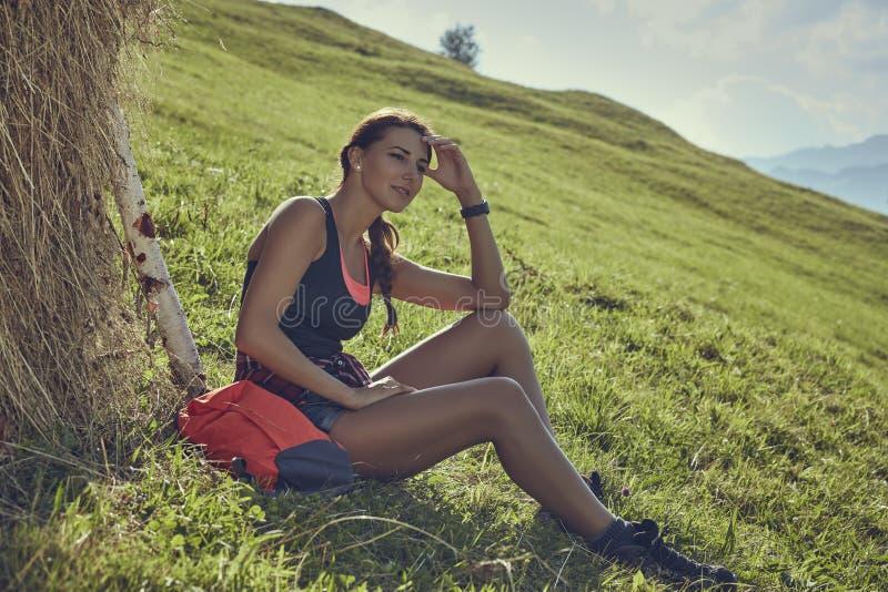 Путешественник женщины отдыхая около стога сена стоковое фото