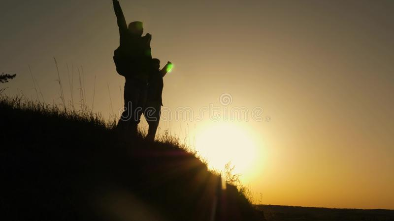 Путешественник женщины протягивает руку к человеку взбираясь к верхней части холма путешественники взбираются скала держа руки стоковое фото rf