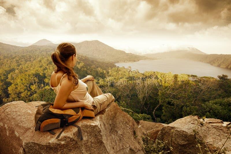 Путешественник женщины смотря вулкан Batur стоковое изображение rf