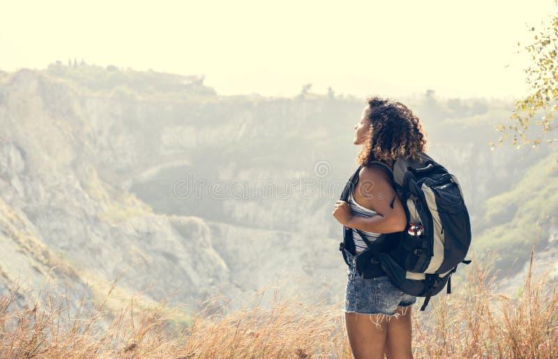 Путешественник женщины смотря гору стоковая фотография rf